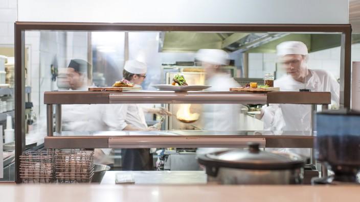 Chefs working in restaurant kitchen model released Symbolfoto property released PUBLICATIONxINxGERxS
