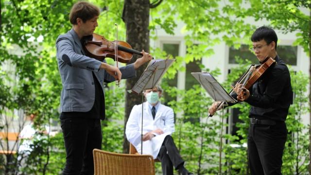 Nils Mönkemeyer und Tse Hung Su bei Gartenkonzert in einer Klinik in München, 2020