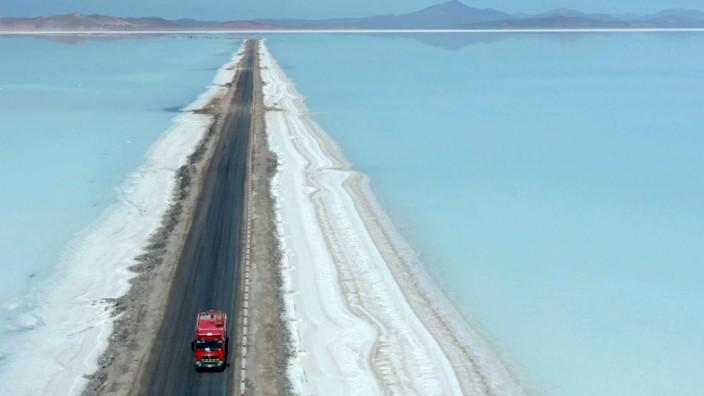 Rohstoffe: In der Salzwüste von Uyuni, Bolivien, lagern bis zu neun Millionen Tonnen Lithium. Doch die Gewinnung des Alkalimetalls birgt Schwierigkeiten.