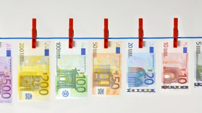 EURO Geldscheine, Banknoten an Wäscheleine, Symbolbild Geldwäsche, Schwarzgeld iblimw01810838