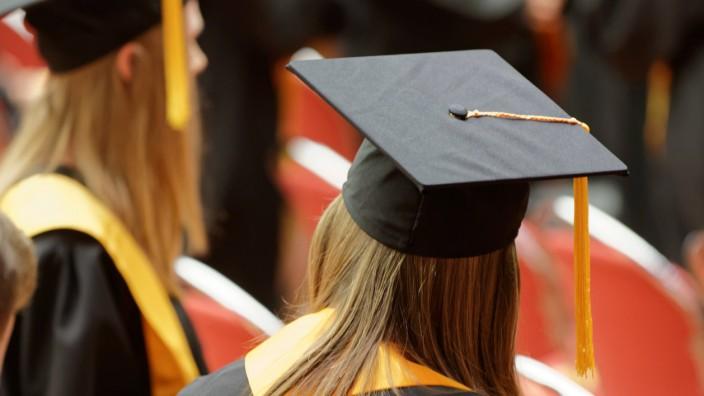 Absolventin bei einer Graduierungsfeier Graduierungsfeier