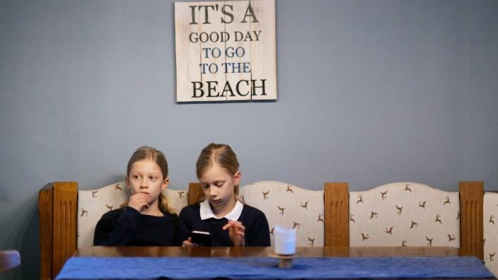 Zwei Mädchen langweilen sich im Lockdown zuhause