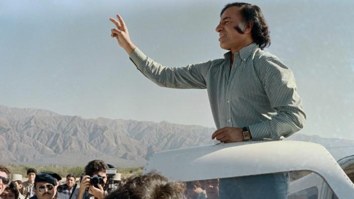 Argentinien: Die Hand zum Siegeszeichen ausgestreckt: Carlos Menem als Präsidentschaftskandidat im Jahr 1989. Als er sein Amt antrat, steckte Argentinien in einer tiefen Krise.
