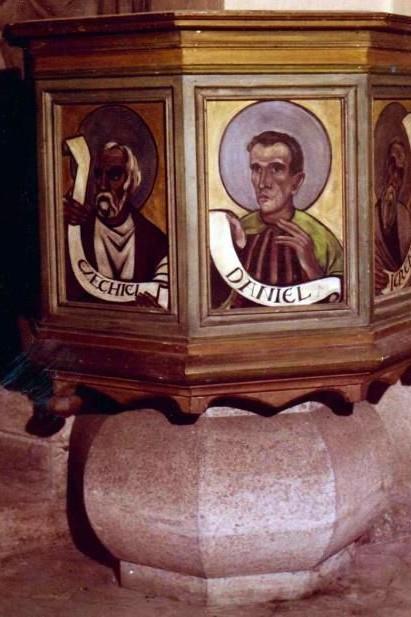 Grafing Heilandskirche Der Altarraum mit der Kanzel und die Kanzel mit Korb, Fuß und Propheten-Darstellungen. (Fotos: Privat)