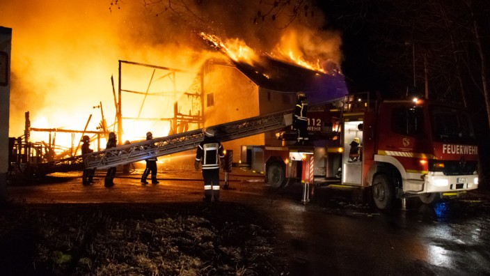 Lagerhalle mit Öltanks brennt - Eine Million Euro Schaden