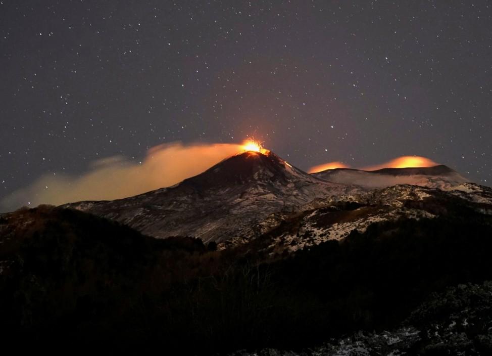 Ausbruch des Ätna 2021 in der Nacht, aufgenommen von Fornazzo