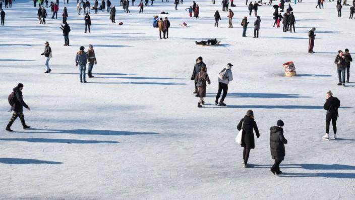 Corona in Deutschland: Menschen auf dem zugefrorenen Landwehrkanal in Berlin während der Corona-Pandemie
