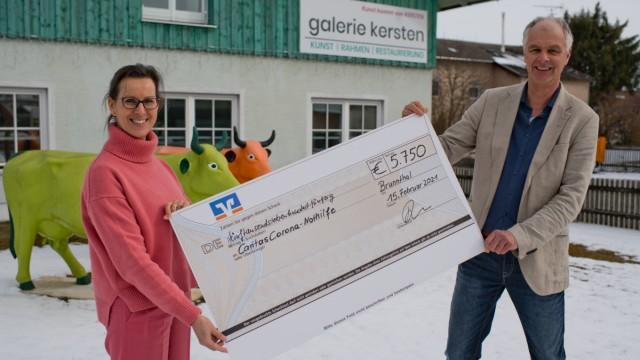 donation handover, barbara Weinstock (gallery kersten) and matthias hilzensauer (caritas),