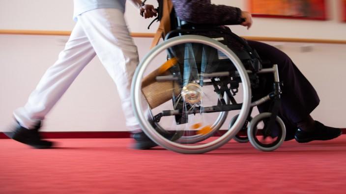 Forderung nach Pflegebonus - Hunderte Klagen eingegangen