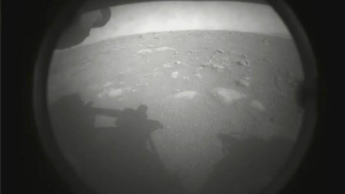 """Nasa-Rover """"Perseverance"""" auf dem Mars gelandet: Erste Bilder"""
