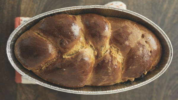Overhead view of Challah bread in container on table at home Los Angeles, CA, United States ,model released, Symbolfoto