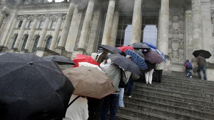 Anstehen bei Regen vor dem Reichstag