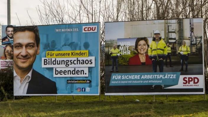 Wahlplakate zur Landtagswahl 2021 in Linz ( Kreis Neuwied - Rheinland-Pfalz ). Am 14. März 2021 wird in Rheinland-Pfalz