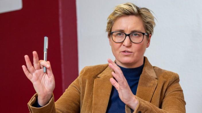 Erfurt , 211020 , Susanne Hennig-Wellsow (Die Linke) im Wahlkreisbüro Red Roxx , Fraktionschefin in Thüringen *** Erfurt