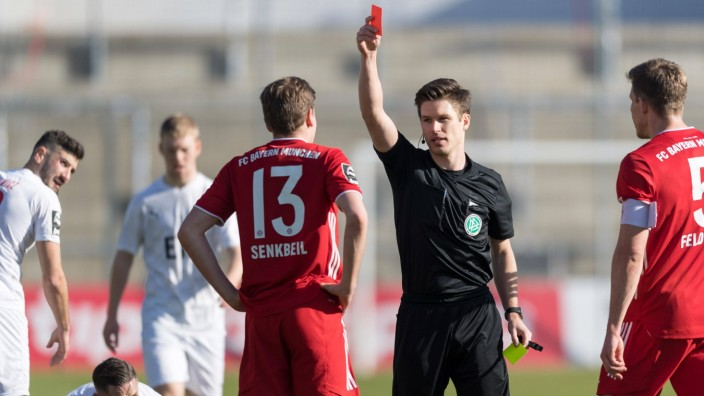 Fußball, 3. Liga, 20210221, FC Bayern München II - Viktoria Köln. Im Bild Kilian SENKBEIL (FC Bayern München II, 13) ge
