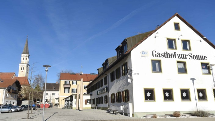 Marktplatz von Odelzhausen: Noch prägt der Gasthof zur Sonne das Ortsbild von Odelzhausen, doch schon bald soll das Gebäude weichen für einen deutlich massiveren Bau.