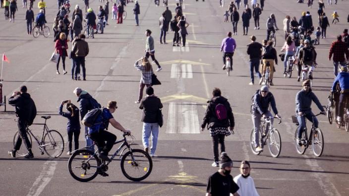 Inzidenzwert steigt wieder Berlin, DEU, 21.01.2021 - Tausende Menschen geniessen die ersten waermenden Sonnenstrahlen au