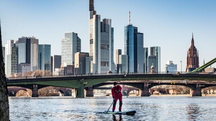 Stad-up-Paddler vor Frankfurter Skyline