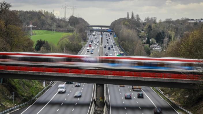 26 03 2019 Erkrath Nordrhein Westfalen Deutschland Verkehrslandschaft Strassenverkehr und S Ba