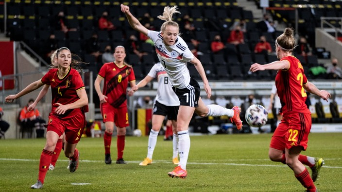 Aachen, Germany, Feb. 21st 2021 Lea Schüller ( 7 Germany) jumps for a header during the Three Nations.One Goal cup betw