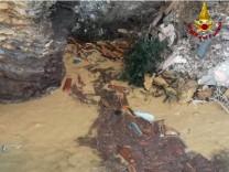Italien: Särge des Friedhofs von Camogli treiben im Meer