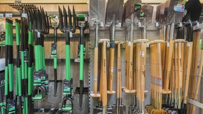 Gartenwerkzeug Spaten und Gabeln im Baumarkt München Oberbayern Bayern Deutschland Europa ***