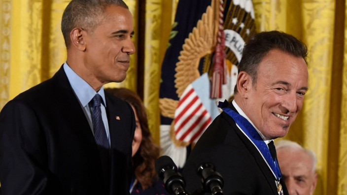 Obama Honors 21 Americans With Presidential Medal of Freedom