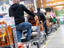 Coronavirus-Newsblog für Bayern: Baumarkt-Öffnungen in Bayern sorgen für Kritik an der Grenze