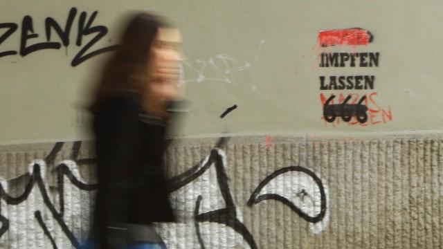 "Corona-Impfung: Graffiti ""Impfen lassen"" an einer Hauswand in Hamburg"