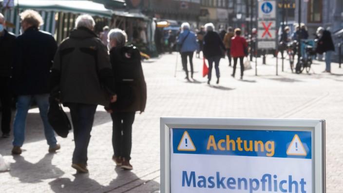 Coronavirus in Deutschland: Maskenpflicht in einer Fußgängerzone in Celle