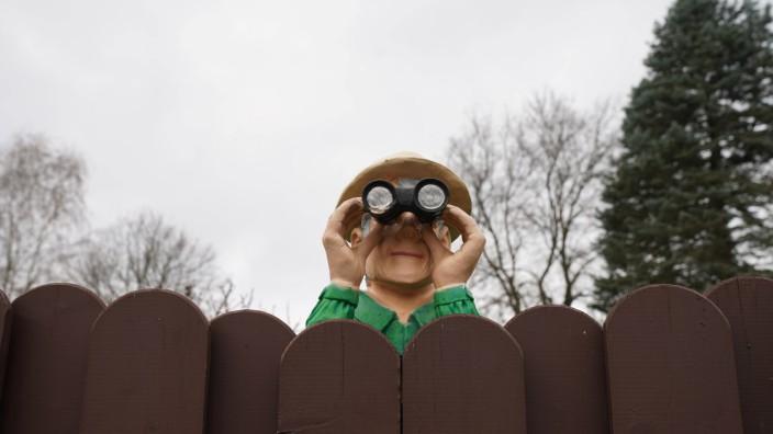 Mann mit Fernglas GER, 20201115, Mann mit Fernglas am Zaun, als Puppe *** Man with binoculars GER, 20201115, man with bi