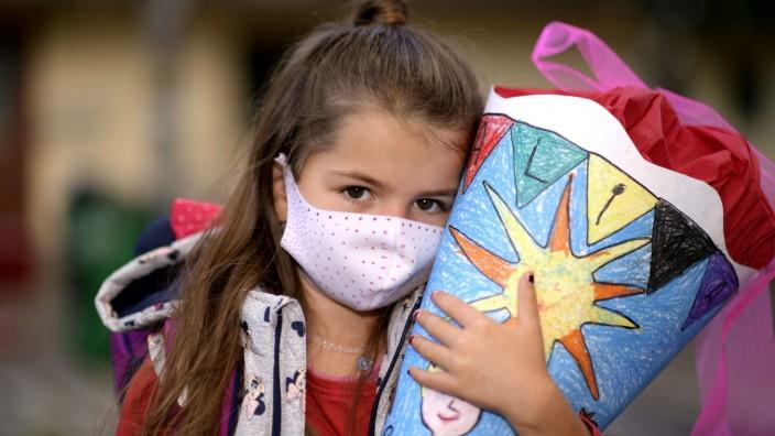 03.09.2020, DIe kleine Alina aus dem Allgäu muss bei ihrer Einschulung am 7. September 2020 eine Gesichtsmaske tragen.