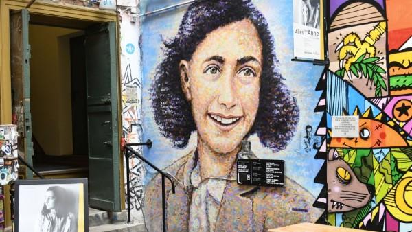 Anne Frank- Zentrum Berlin in den Hackeschen Höfen, Berlin Mitte. Ihr Tagebuch hält die Erinnerung wach an das jüdische