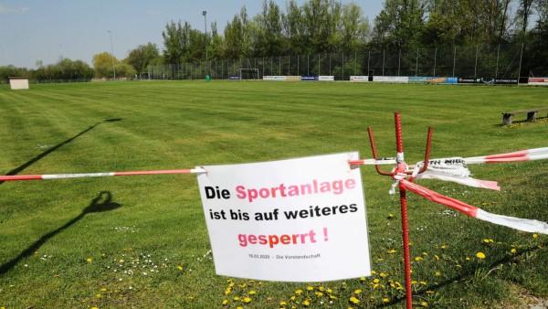 Corona Krise Abstandsregeln Der Sportplatz in Eching am Ammersee ist bis auf weiteres geschlossen, Eching am Ammersee Ba