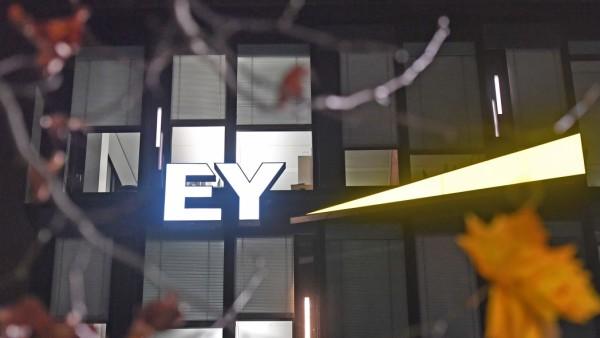 Buerogebaeude Ernst &Young am Abend,in den Bueros brennt Licht. EY GmbH Wirtschaftspruefungsgesellschaft in Muenchen. Er