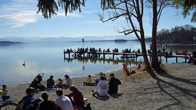 Frühlingswochenende - Ausflügler am Starnberger See