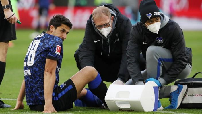 Sami Khedira wird verletzt behandelt. Dr. Schleicher / / Fußball Fussball / DFL erste 1.Bundesliga Herren / Saison 2020