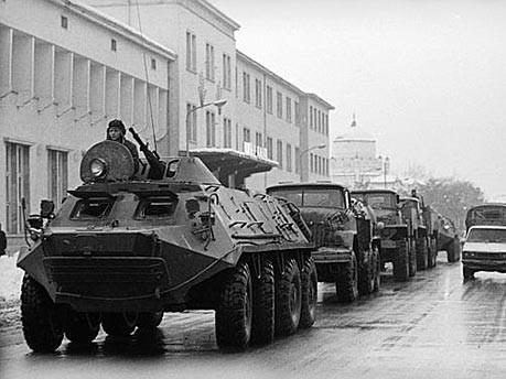 AP; im Bild: sowjetische Panzer rollen durch Kabul