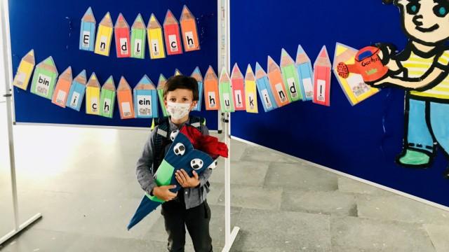 Corona und Schule: Ein Erstklässler in der Schule während der Corona-Pandemie