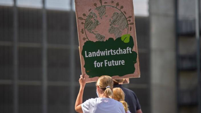 17.07.2020 - Demonstration von Landwirten am Hauptwerk von Tönnies: Demonstranten von Bauern, die für Tönnies Fleisch i