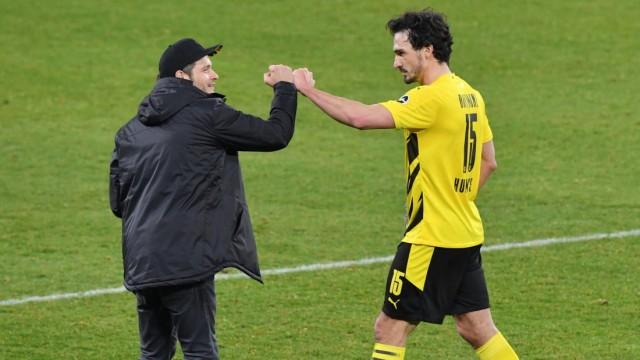 1. BUNDESLIGA FC SCHALKE 04 - BORUSSIA DORTMUND Trainer Edin Terzic (Borussia Dortmund), li., mit Mats Hummels (Borussia; Terzic