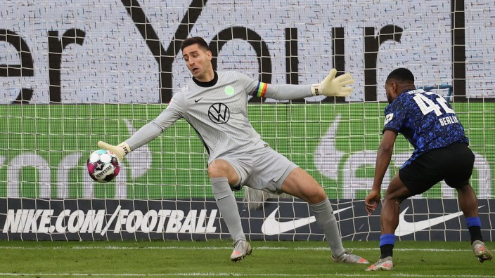 Deyovaisio Zeefuik (Hertha BSC) scheitert an Koen Casteels (VfL Wolfsburg) DFL REGULATIONS PROHIBIT ANY USE OF PHOTOGRAP; Casteels