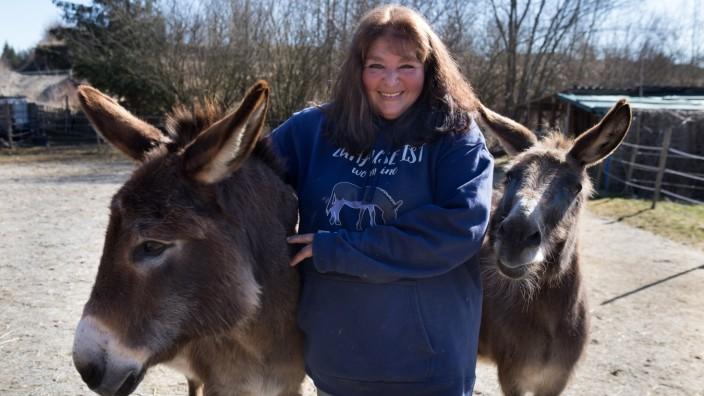 Michaela Mai versorgt auf ihrer Villa Langohr Esel.