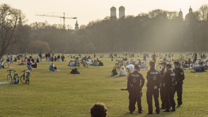 Einsatz im Englischen Garten: Regelmäßig kontrollieren Polizisten nahe dem Monopteros, ob die Menschen die vorgeschriebenen Abstände einhalten.