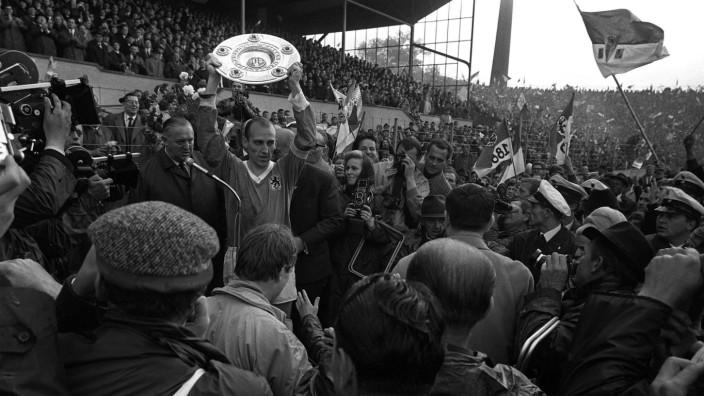 Fußball, TSV 1860 München, Deutscher Meister 1966 Deutscher Meister 1860: Kapitän Peter Grosser präsentiert den Fans die; Peter Grosser TSV 1860 München 1966 Meisterschaft