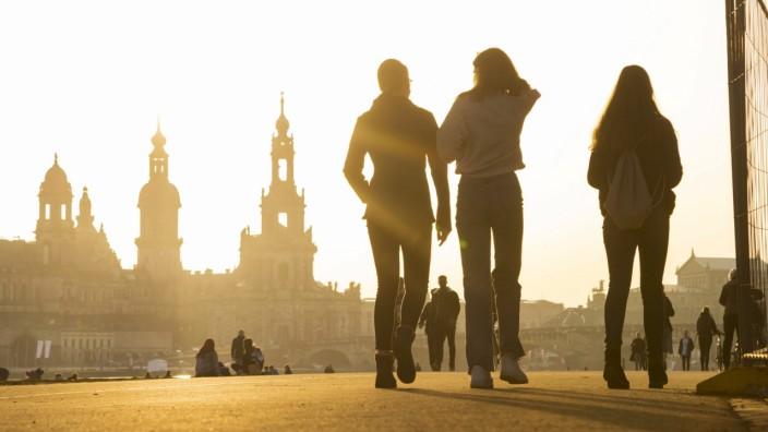 Vorfrühling in Dresden Die frühlingshaften Temperaturen locken viele Leute trotz Coronaeinschränkungen ins freie, auf di