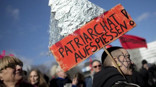 International Woman s Day Berlin DEU Deutschland Germany Berlin 08 03 2019 Demonstranten mit Pla