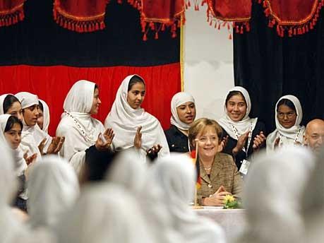 Bundeskanzlerin Angela Merkel beim Besuch einer Mädchenschule in Afghanistan,Reuters (Archivbild von 2007