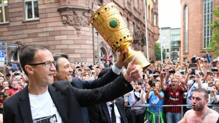 Eintracht Frankfurt: Fredi Bobic und Niko Kovac mit dem DFB-Pokal