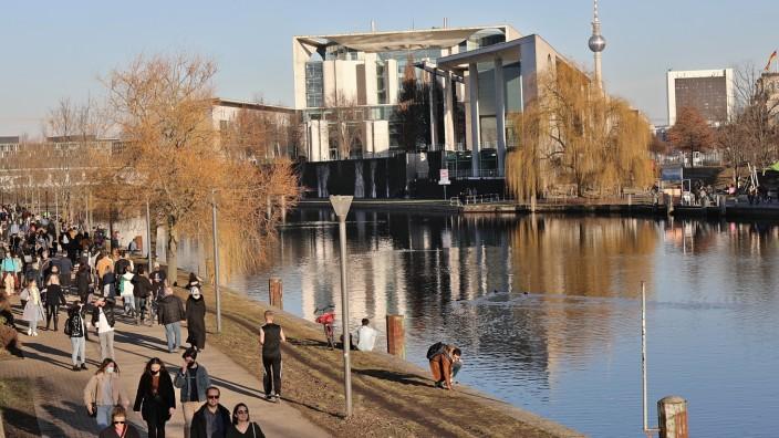 Spaziergänger am Magnus-Hirschfeld-Ufer gegenüber dem Kanzleramt 21.02.2021 Sonnenhungrige Spaziergänger am Magnus-Hirs